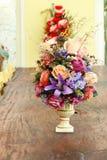 belles fleurs dans le vase sur la table en bois pour la décoration Image stock