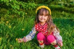 Belles fleurs de cueillette de petite fille Photographie stock