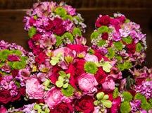 Belles fleurs de jeune mariée et de demoiselle d'honneur Image stock