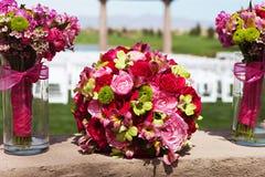 Belles fleurs de jeune mariée et de demoiselle d'honneur Photographie stock