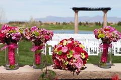 Belles fleurs de jeune mariée et de demoiselle d'honneur Photo stock