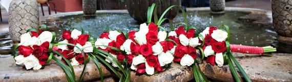 Belles fleurs de jeune mariée et de demoiselle d'honneur Photographie stock libre de droits