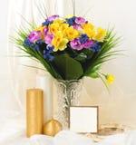 Belles fleurs de ressort dans un vase en verre Photo libre de droits