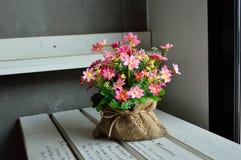 Belles fleurs en plastique Image libre de droits