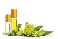 Belles fleurs et bouteilles d'Eustoma avec des huiles pour la peau Image stock