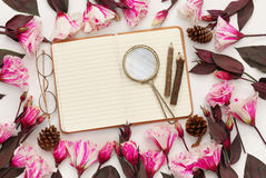 Belles fleurs et carnet vide ouvert Photographie stock