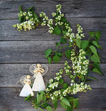 Belles fleurs lilas sur la table et deux une décoration faite main a Images libres de droits