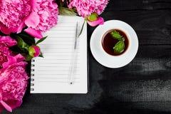 Belles fleurs roses de pivoine avec la note Photos stock