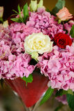 Belles fleurs sur la table Photo stock