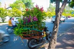 Belles fleurs sur le vélo conduit en vente au Vietnam Photographie stock