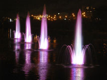 Belles fontaines avec l'illumination de soirée Rusanovka kiev Photographie stock