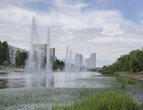 Belles fontaines dans l'étang photo stock