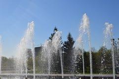 Belles fontaines de éclaboussement en parc photo stock