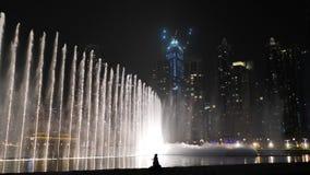 Belles fontaines de danse à Dubaï photo libre de droits