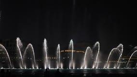 Belles fontaines de danse à Dubaï dans la nuit photographie stock