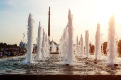 Belles fontaines de ville lancées pendant l'été images stock