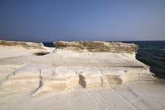 Belles formations de roche blanches sur la côte chypriote images libres de droits