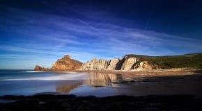 Belles formations de roche sur Playa de Portio, la Cantabrie, Espagne images stock