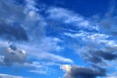 Belles formations m?lang?es de nuage avec les cumulus blancs et gris ? la lumi?re du soleil sur un ciel bleu images stock