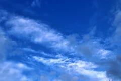 Belles formations m?lang?es de nuage avec les cumulus blancs et gris ? la lumi?re du soleil sur un ciel bleu image stock