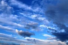 Belles formations m?lang?es de nuage avec les cumulus blancs et gris ? la lumi?re du soleil sur un ciel bleu image libre de droits