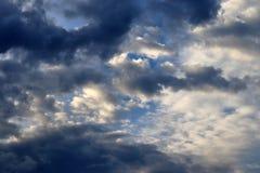 Belles formations m?lang?es de nuage avec les cumulus blancs et gris ? la lumi?re du soleil sur un ciel bleu photographie stock libre de droits