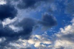 Belles formations m?lang?es de nuage avec les cumulus blancs et gris ? la lumi?re du soleil sur un ciel bleu images libres de droits