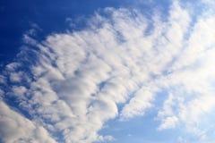 Belles formations m?lang?es de nuage avec les cumulus blancs et gris ? la lumi?re du soleil sur un ciel bleu photos stock