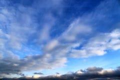 Belles formations m?lang?es de nuage avec les cumulus blancs et gris ? la lumi?re du soleil sur un ciel bleu photo stock