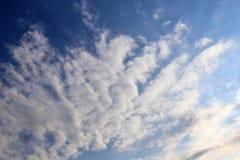 Belles formations m?lang?es de nuage avec les cumulus blancs et gris ? la lumi?re du soleil sur un ciel bleu photo libre de droits