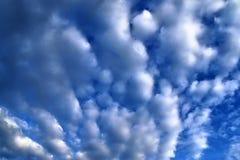 Belles formations m?lang?es de nuage avec les cumulus blancs et gris ? la lumi?re du soleil sur un ciel bleu photographie stock