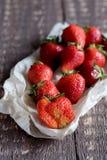 Belles fraises de fraises de fraises rouges fraîches de fraises sur la photo de verticale de conseil en bois Photo stock