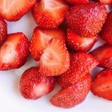 Belles fraises fraîches sur un fond blanc propre Image stock