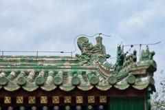 Belles gouttières chinoises avec le dragon et d'autres sculptures symboliques en tuile Images libres de droits