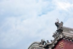 Belles gouttières chinoises avec le dragon et d'autres sculptures symboliques en tuile Image libre de droits