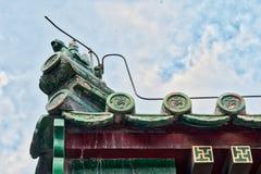 Belles gouttières chinoises avec les sculptures symboliques en tuile Photo stock