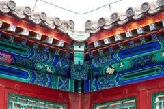 Belles gouttières chinoises avec les sculptures symboliques en tuile Photo libre de droits