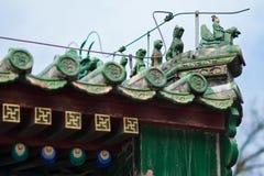 Belles gouttières chinoises avec les sculptures symboliques en tuile Photographie stock