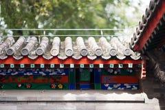 Belles gouttières chinoises avec les sculptures symboliques en tuile Images libres de droits