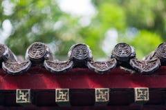 Belles gouttières chinoises avec les sculptures symboliques en tuile Image stock