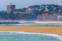 Belles grandes vagues sur le côtier méditerranéen espagnol Photo stock