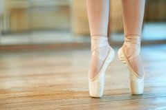 Belles jambes de danseur dans le pointe photo stock