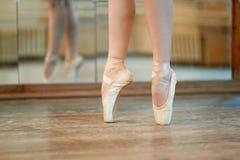 Belles jambes de danseur dans le pointe image libre de droits