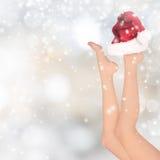 Belles jambes de femme, fond de Noël photographie stock