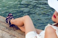 Belles jambes de femme sur un fond en bois naturel avec de hautes chaussures de heeles Fond de mode Image cultivée de jolie jeune Photos libres de droits