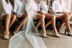 Belles jambes de la jeune mariée et de ses amis Photographie stock libre de droits