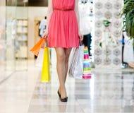 Belles jambes femelles pendant les achats Photos stock