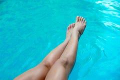 Belles jambes minces du ` s de femme dans la piscine Photos libres de droits