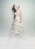 Belles jeune mariée et robe de blanc Images libres de droits