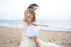 Belles jeune mariée et soeur par la mer images libres de droits